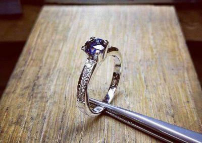 Anello pietra blu con diamanti