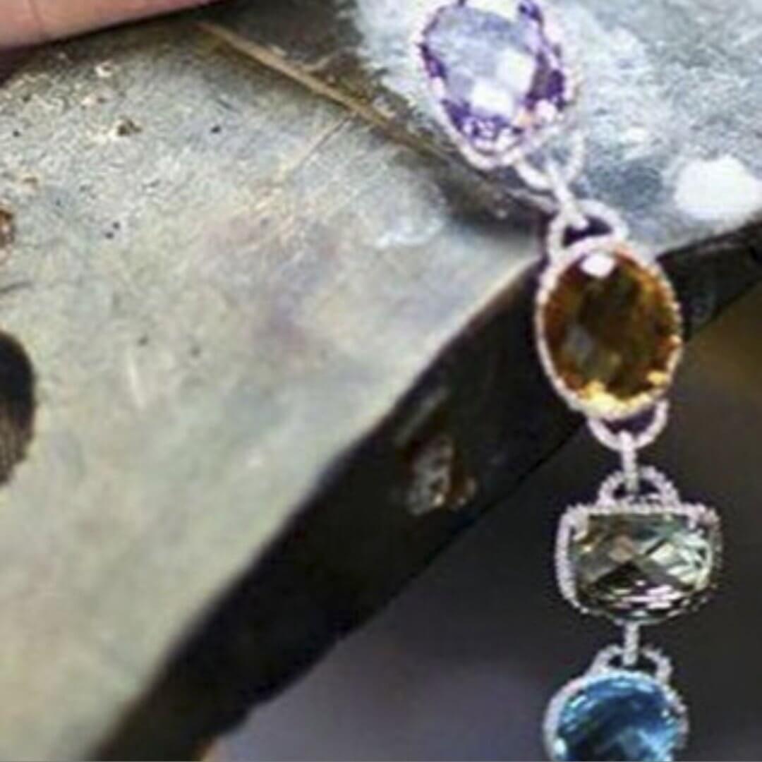 Pietre colorate e diamanti